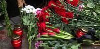 Крушение Ту-154: Москвичи несут цветы к зданию репетиционной базы ансамбля имени Александрова
