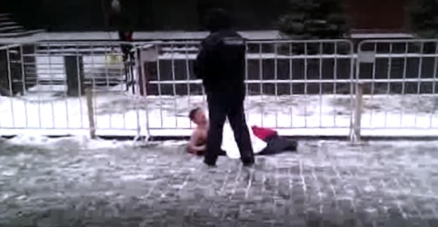 """Скриншот с видео, предоставленного группой """"Защита и помощь""""."""