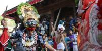 Индуисты в ярких нарядах проводили сезон дождей