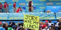 В Нью-Йорке выбрали нового чемпиона по поеданию хот-догов