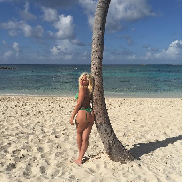 https://instagram.com/p/4wtHxspFAO/?taken-by=ladygaga.