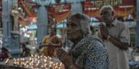 В Малайзии прошёл традиционный ритуал хождения по раскалённым углям