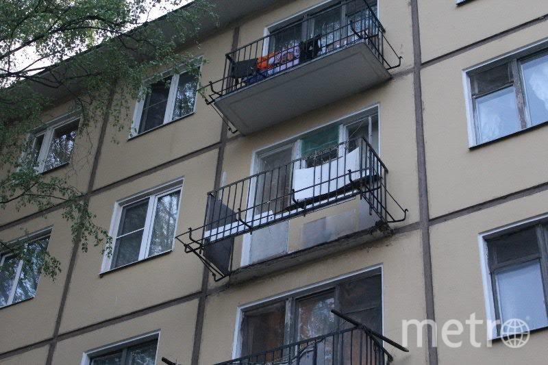 Балкон в питерской пятиэтажке обрушился вместе с хозяйкой ри.