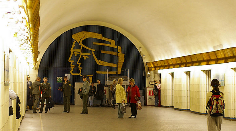 trahaet-svoyu-ira-i-anya-metro-petrogradskaya-sankt-peterburge-roliki