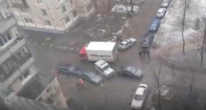 Водителя иномарки заломали сотрудники полиции за то, что он подрезал их авто. Фото vk.com/spb_today