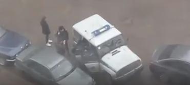 С водителем смогли справиться не менее пяти сотрудников полиции. Фото vk.com/spb_today