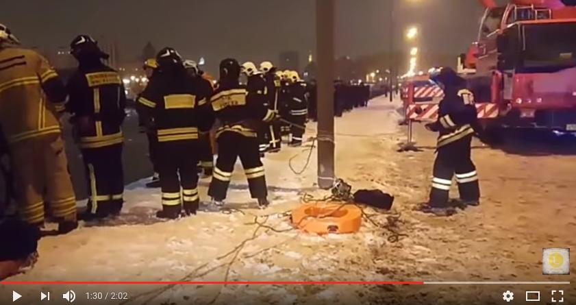 Спасатели на месте происшествия. Фото скриншот с канала Life.ru на YouTube