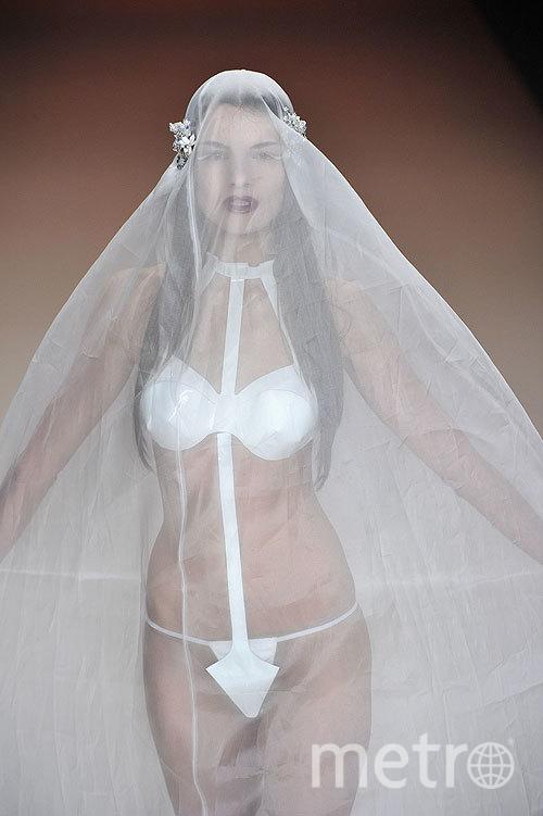 Девушки в свадебных нарядах оголили формы  63434