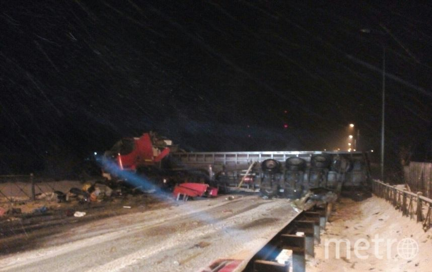 Под завалами оказалась двое, находившиеся в легковом авто. Фото vk.com/spb_today