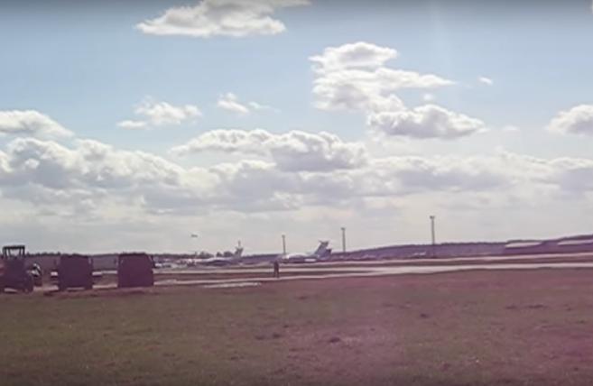 """""""Танцующий"""" самолёт Минобороны. Фото скриншот YouTube"""