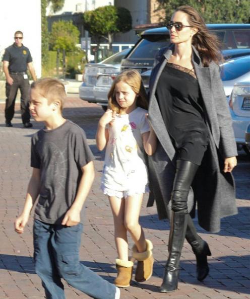 Анджелина Джоли с близнецами Ноксом и Вивьен. Фото Instagram/keepingupwiththepitts