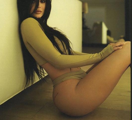 Поклонники обсуждают растущую грудь Кайли Дженнер. Фото Скриншот instagram.com.