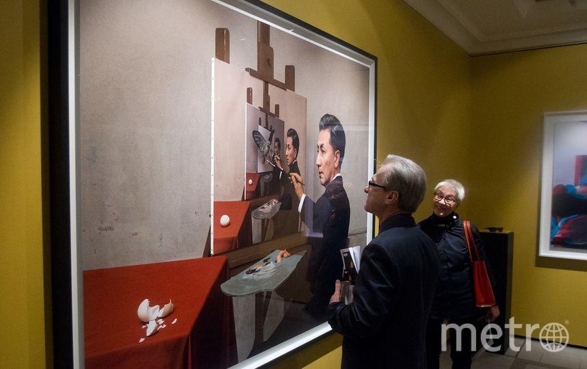 """Переосмысленный автопортрет Рене Магритта, который по сравнению с оригиналом под названием """"Проницательность"""" растроился. Фото Василий Кузьмичёнок, """"Metro"""""""