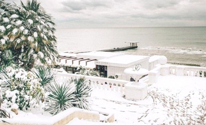 Сочи завалило снегом: фото и видео аномальной зимы делятся местные жители.