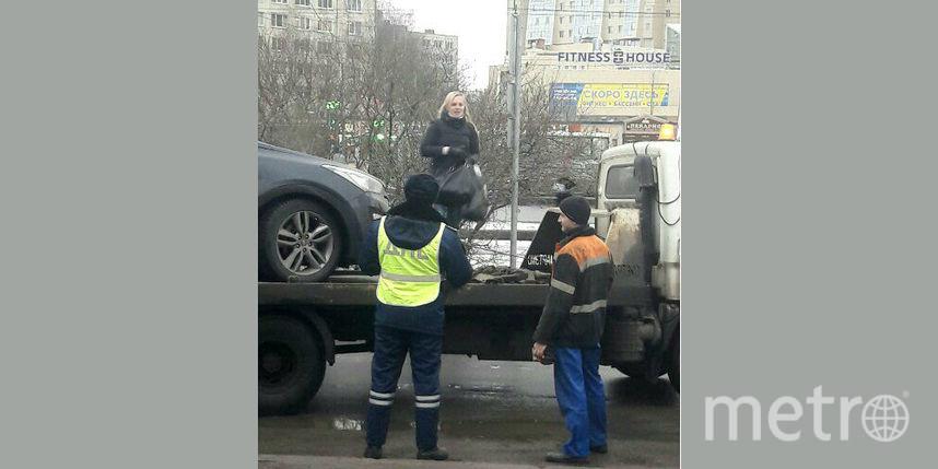 Автоледи эвакуировали вместе смашиной вПетербурге