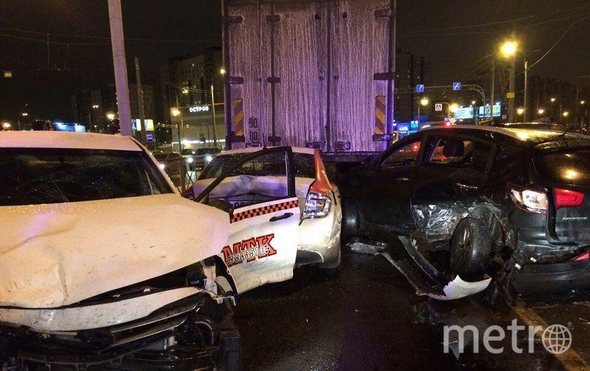Серьезная авария произошла вечером 31 января в Петербурге на Индустриальном проспекте.