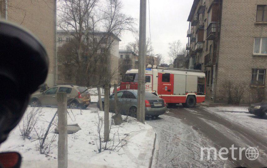 Из горящей квартиры человек спускался по трубе. Фото vk.com/spb_today