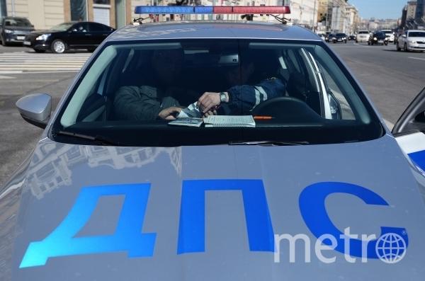 Подростки перебегают дорогу в максимальной близости от машин. Фото РИА Новости