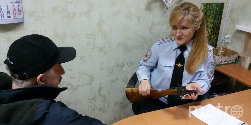 Гражданин Ленобласти, ремонтируя дом, отыскал встене ружье