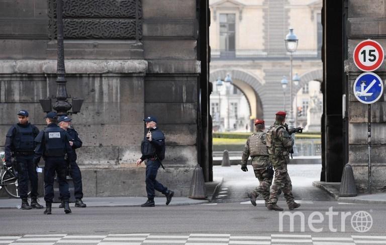 Неизвестный напал на Лувр с мачете. Фото AFP