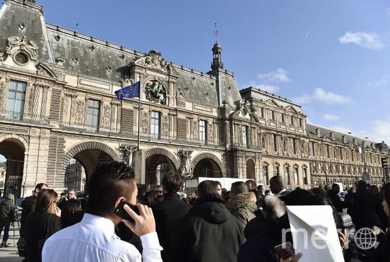 В настоящий момент территория перед Лувром оцеплена. Фото AFP