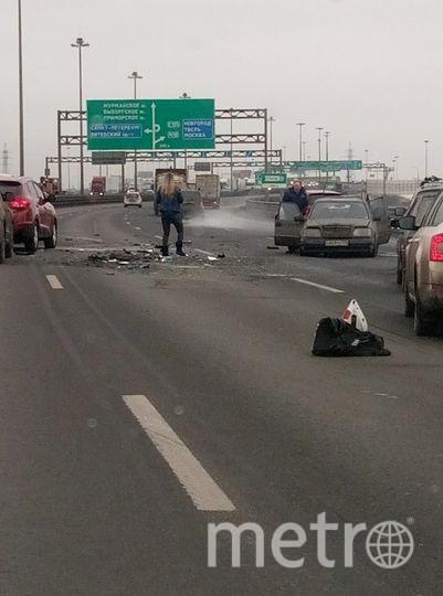 Спровоцировать аварию мог Mercedes, который остановился во второй полосе.