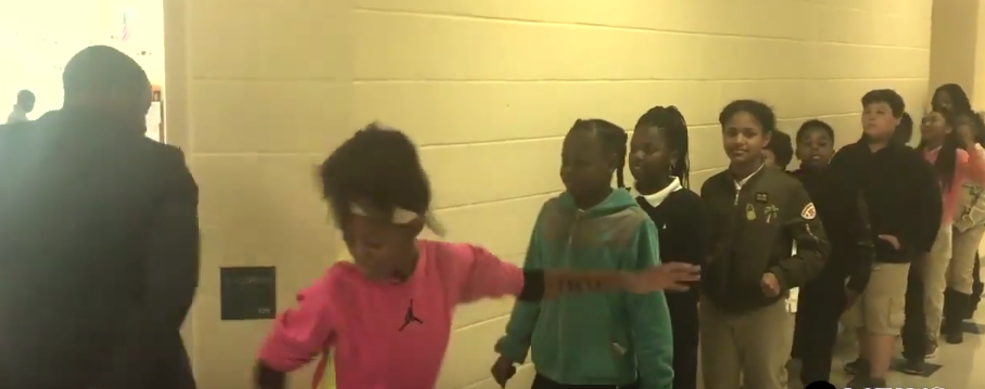 """""""Танцующий учитель"""" запускает детей на урок после оригинального приветствия. Фото Скриншот Youtube.com"""