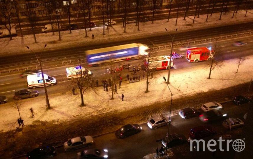 Водитель врезался в ограждение. Фото vk.com/spb_today