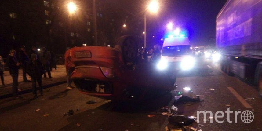НаСофийской красный Опель снес ограждения иперевернулся— Петербург