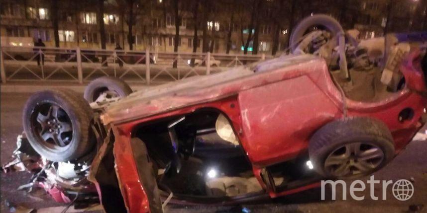 НаСофийской улице Санкт-Петербурга врезультате происшествия надороге перевернулась иномарка