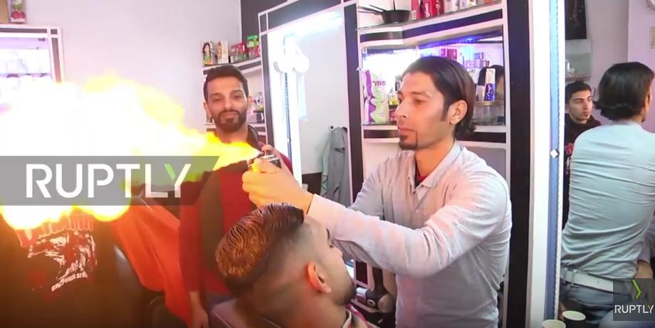Палестинский парикмахер укладывает волосы с помощью огня. Фото Скриншот Youtube.com