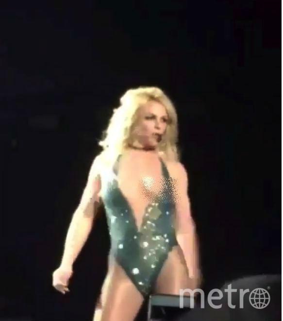 Концертный костюм подвел Бритни Спирс, оголив ее грудь. Фото Скриншот/YouTube