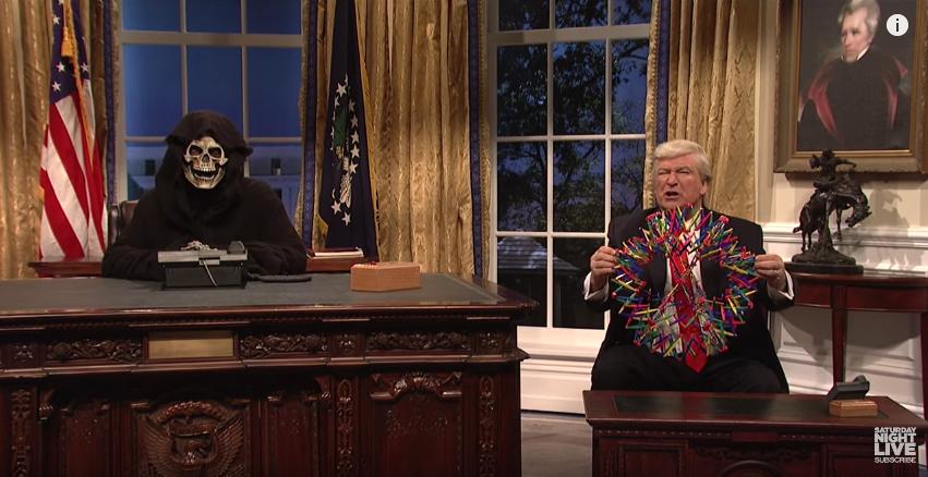 Дональд Трамп и Стив Беннон в Овальном кабинете. Фото Скриншот с официального YouTube канала Saturday Night Live.