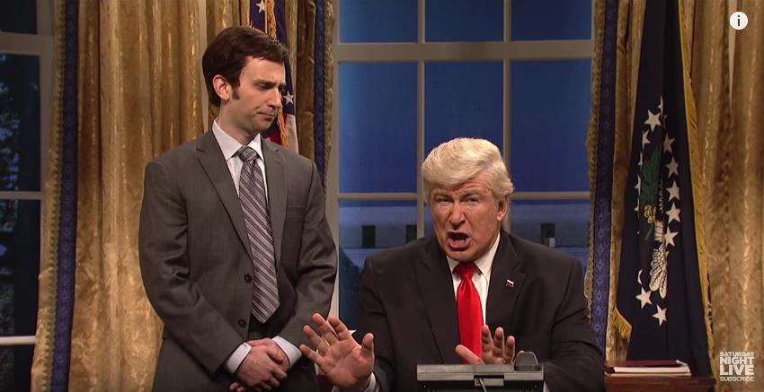 Дональд Трамп и его помощник. Фото Скриншот с официального YouTube канала Saturday Night Live.