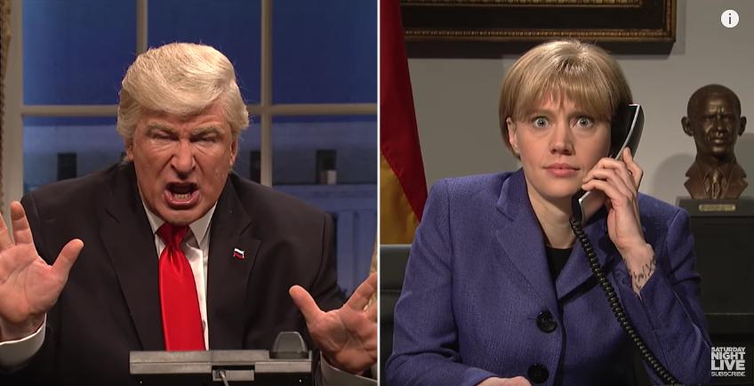 Дональд Трамп беседует с канцлером Германии Ангелой Меркель. Фото Скриншот с официального YouTube канала Saturday Night Live.