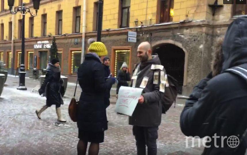 Петербуржец раздавал деньги в центре города. Фото Скриншот/Интересные события в Санкт-Петербурге