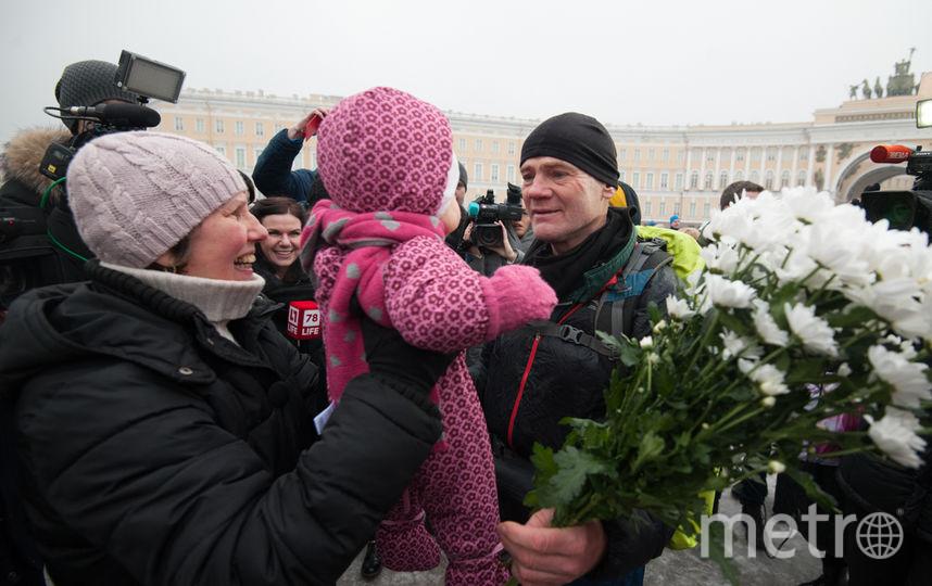 """На финише 60-летнего путешественника встретила внучка. Фото Святослав Акимов., """"Metro"""""""