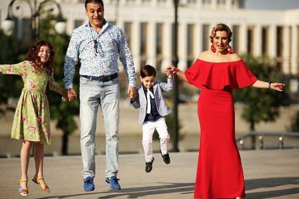 Жанна и Гарик с детьми. Фото www.instagram.com/jannalevina_martirosyan