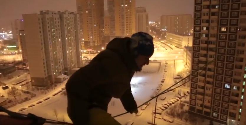 Максим Кагин готовится к трюку. Фото скриншот YouTube
