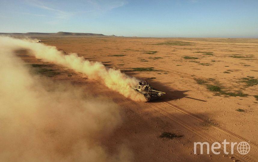 """Танк в пустыне поднимает облака пыли. Фото Александр Пушин, предоставлено пресс-службой Сада """"Эрмитаж"""""""