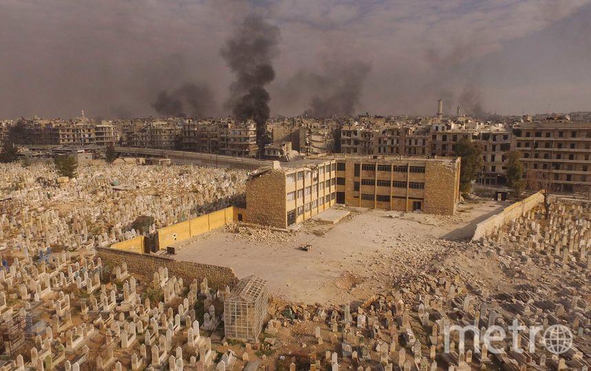 """Кладбище на фоне горящего от авиаударов города. Фото Александр Пушин, предоставлено пресс-службой Сада """"Эрмитаж"""""""