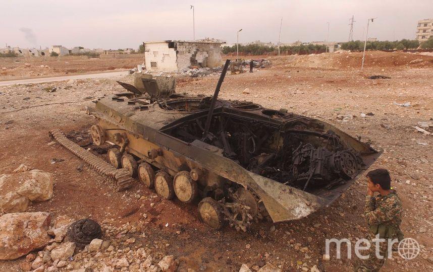 """Сгоревший танк становится местом для игр. Фото Александр Пушин, предоставлено пресс-службой Сада """"Эрмитаж"""""""