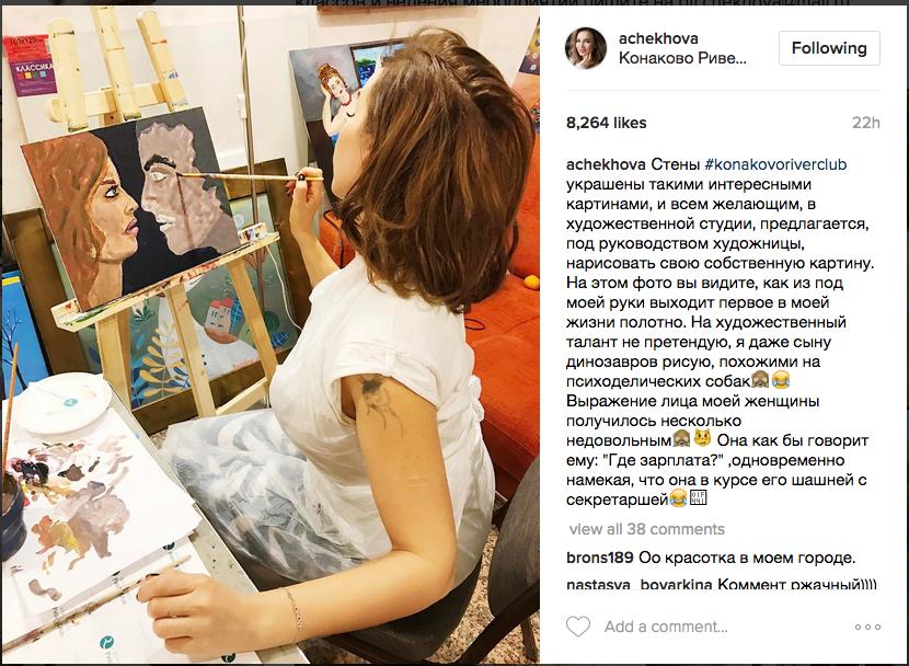 Чехова рисует картину. Фото скриншот из Instagram Анфисы Чеховой