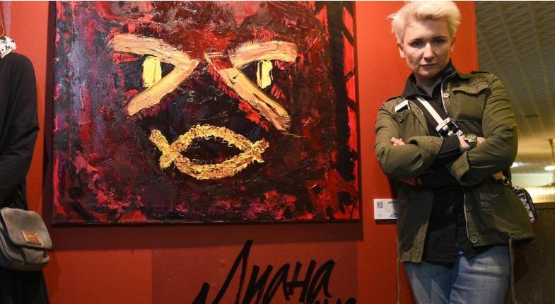 Диана Арьенина со своей картиной. Фото Василий Кузьмичёнок