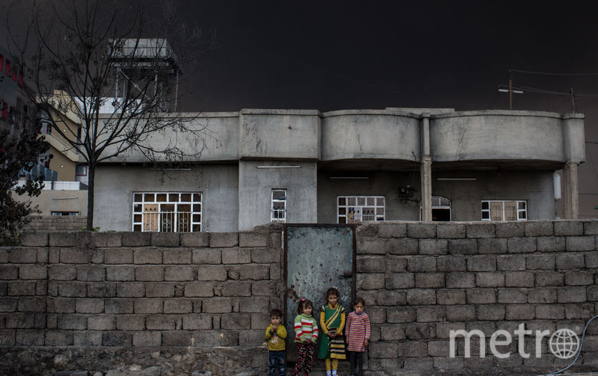 Дети возле своего дома. Фото Getty