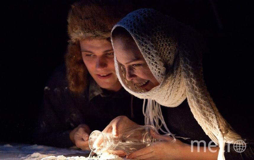 Актёры используют в спектакле муку, тесто, овощи, семечки и даже жарят мясо. Фото Полина Королёва
