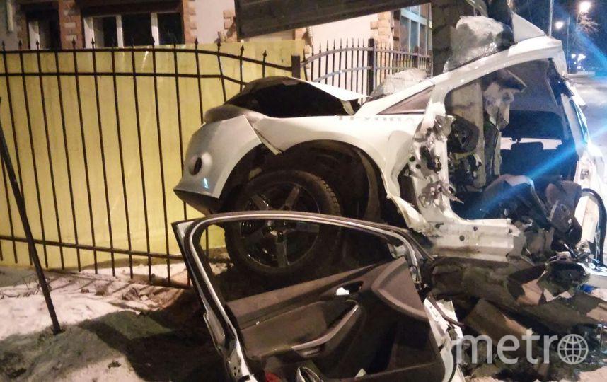 Автомобиль Ford врезался в столб.