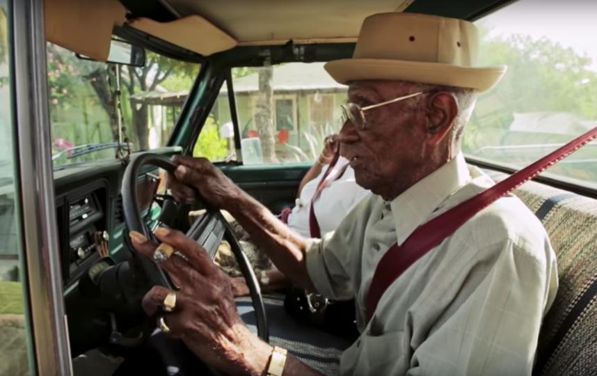 Ричард Овертон за рулем своего автомобиля. Фото Скриншот с официального YouTube канала National Geographic.