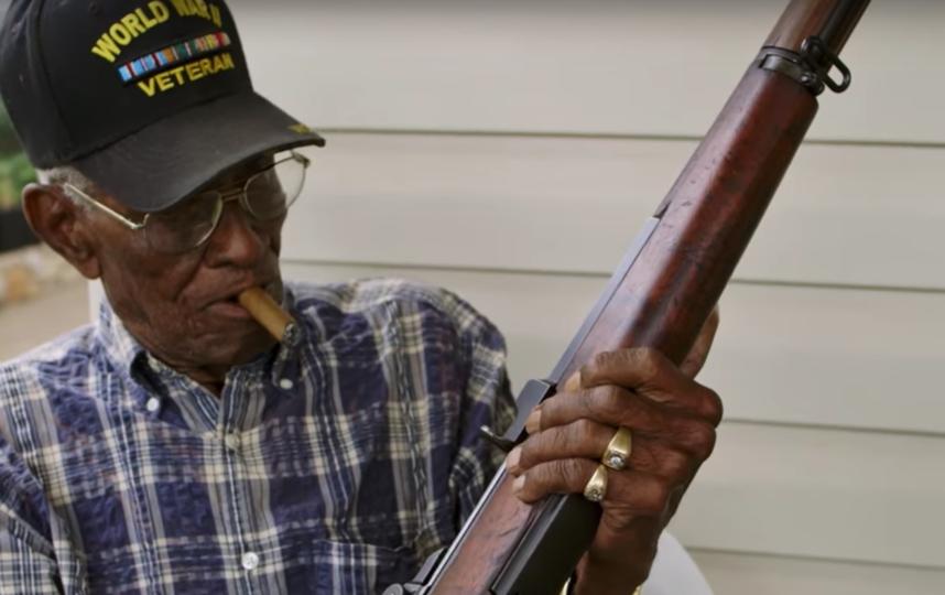 Ричард Овертон с любимой винтовкой. Фото Скриншот с официального YouTube канала National Geographic.