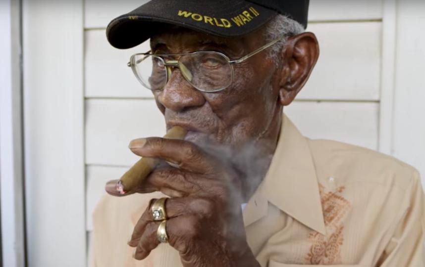 Ричард Овертон курит сигару. Фото Скриншот с официального YouTube канала National Geographic.